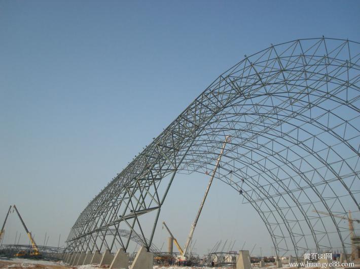 预制轻钢结构 1.轻钢结构体系充分利用了维护材料的蒙皮效应,并充分考虑主次结构的相互支持作用,使结构体系自身用钢量很小。 2.在檩条的布置上,仅沿纵向布置单向檩条。 3.轻钢梁柱完整经济受力体系,整体重量轻,一般主构用钢量在1012KG/M2 4.抗震性能好。 5.轻钢净空大,自然找坡。 6.